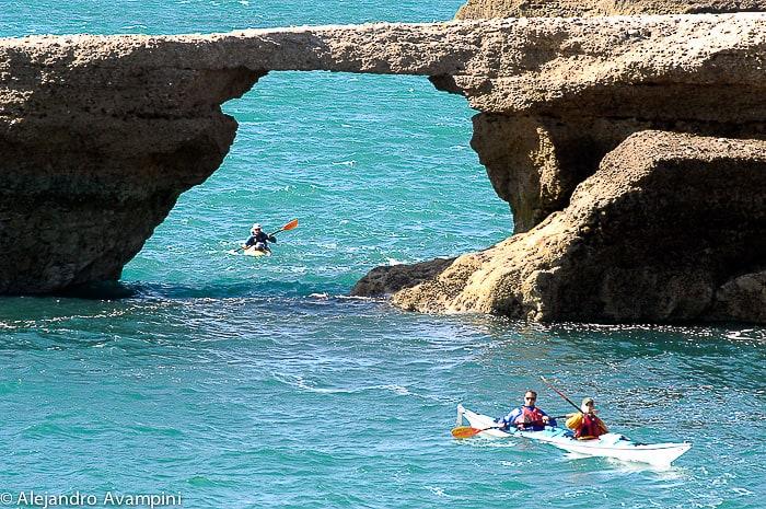 A formação geológica da ponte na área de Punta Conos