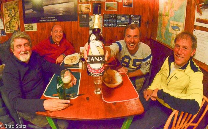 Abendessen mit Freunden nach einem Tag Wale fotografieren