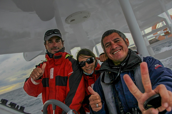 O fotógrafo e a tripulação do barco semi-rígido