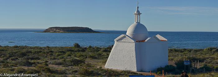 Capilla frente a la Isla de los Pájaros en Península Valdés