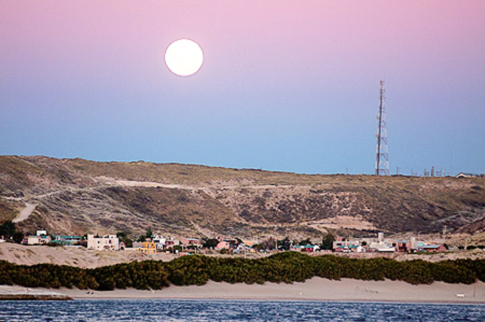 Puerto Piramides con luna llena al atardecer - Peninsula Valdes