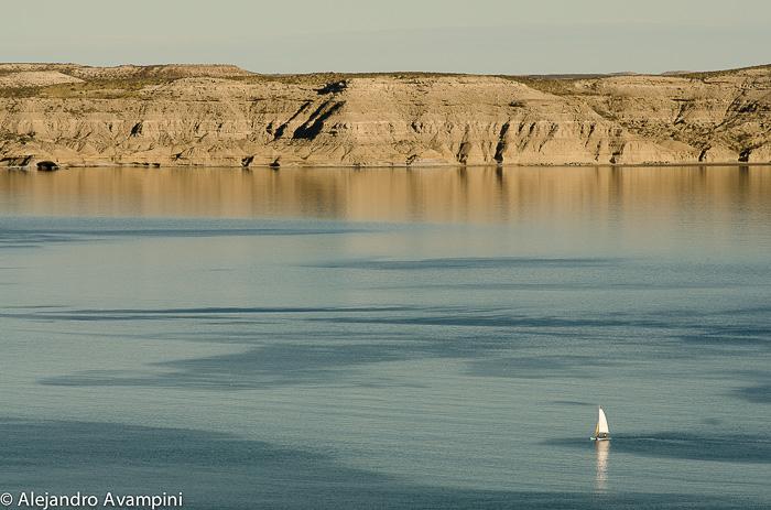 Velero navega en las tranquilas aguas de Puerto Pirámides
